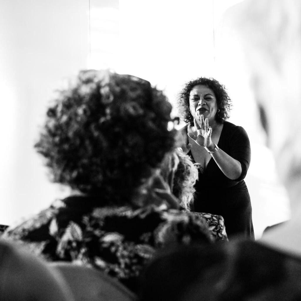 Lucinda Douglas als spreekster